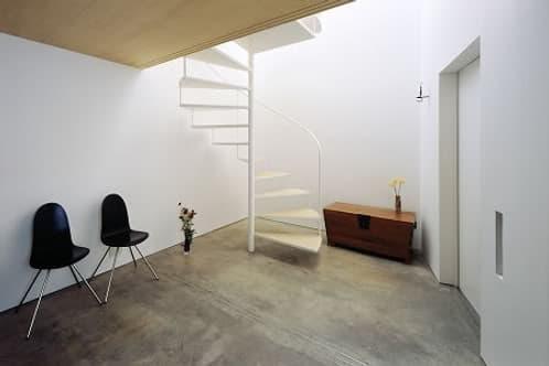 escalera de caracol en interior minimalista