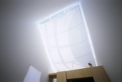 vela bajo el techo de cristal