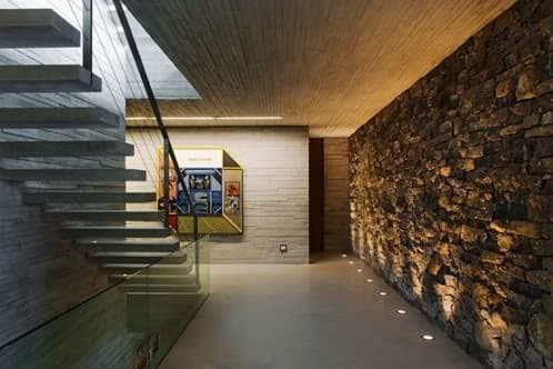Casa parati arquitectura moderna de hormig n piedra y vidrio for Casas modernas hormigon visto