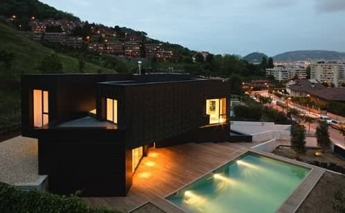 moderna vivienda revestida con paneles composite