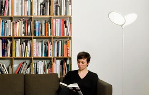 lámpara de pie con pantallas OLED