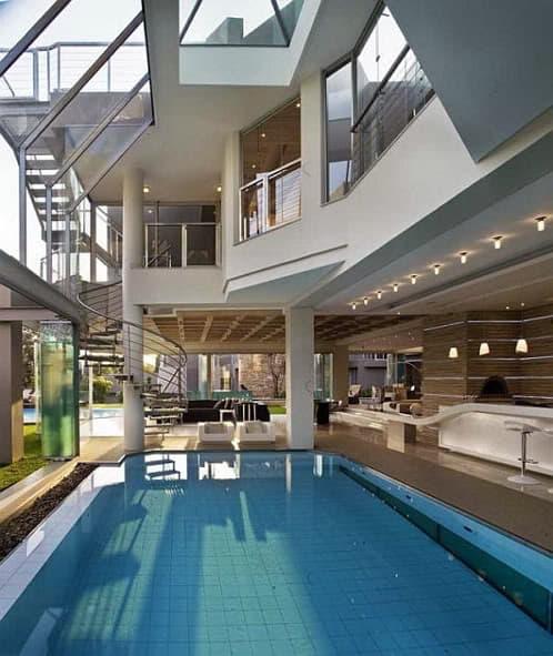 piscina cubierta con pared latera de paneles plegables