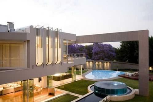 vivienda de lujo con varias piscinas y mucho vidrio