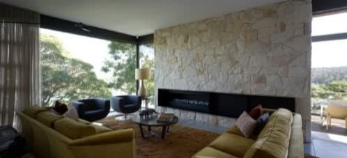muro mampostería en el salón con chimenea