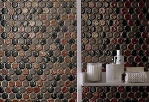 Mosaico de piezas redondas en colores metálicos