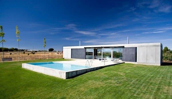 Casa de ant n hormig n armado y grandes puertas correderas for Casas de hormigon asturias