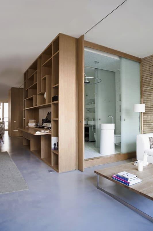 Loft en barcelona con espacios divididos por puertas for Puertas correderas barcelona