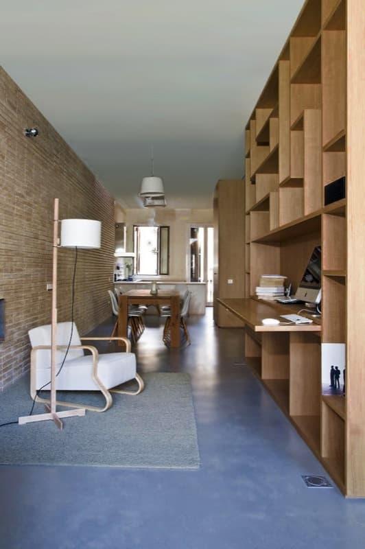 Loft en barcelona con espacios divididos por puertas for Loft reformas