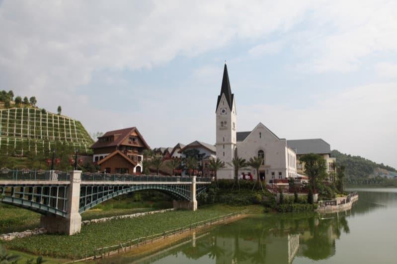 copia-Hallstatt-en-China-con puente hacia la iglesia