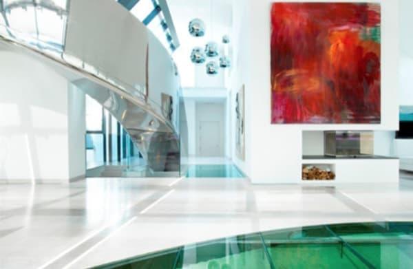 atico-lujo-Viena-salon con acuario en el suelo
