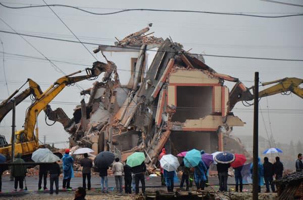 La 'casa clavo' es demolida