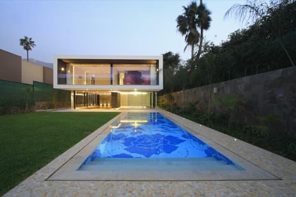 Casuarinas una casa de lujo con detalles en piedra y madera for Casas de lujo con jardin y piscina