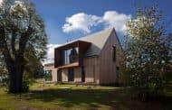 Casa Roprachtice: revestimiento de madera y mirador de acero