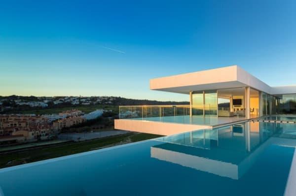 Villa escarpa casa de grandes voladizos construida en ladera for Piscina el guerra
