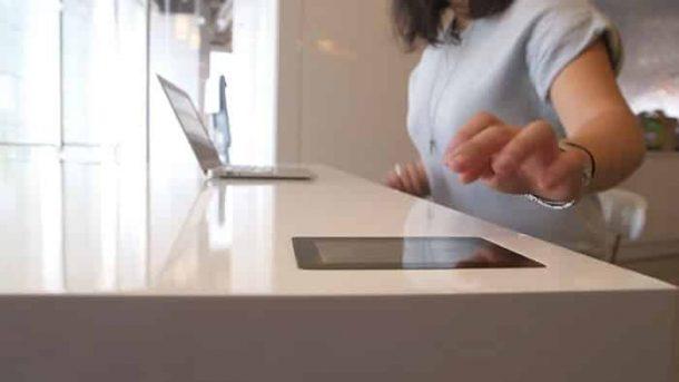 Stir-Kinetic-Desk-mesa-con-tablet