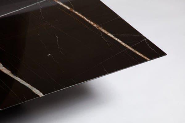 Mesa de centro hecha con m rmol negro azuza veteado lithos for Marmol negro veteado