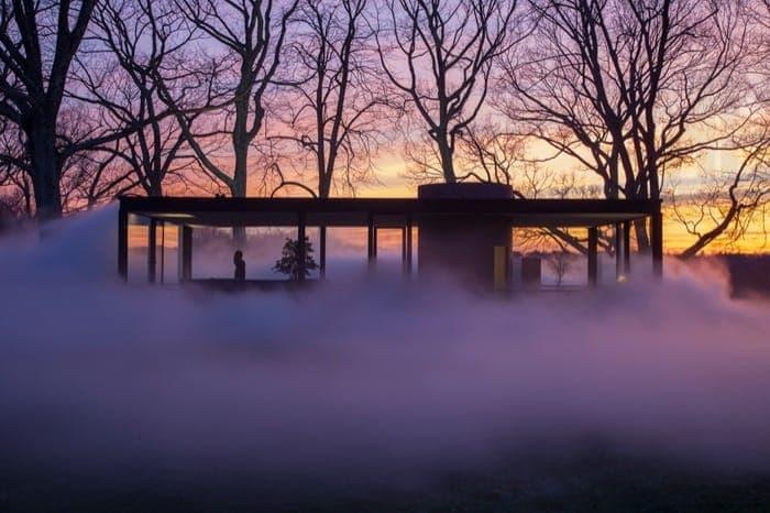 La Casa de Cristal en una densa niebla