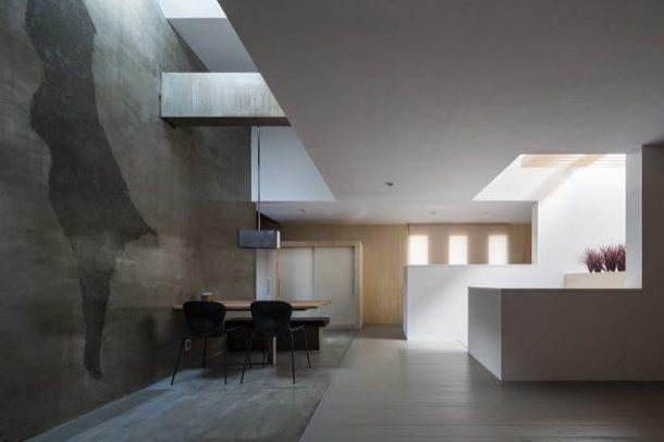 Tuneful-House-comedor-bajo-lucernario