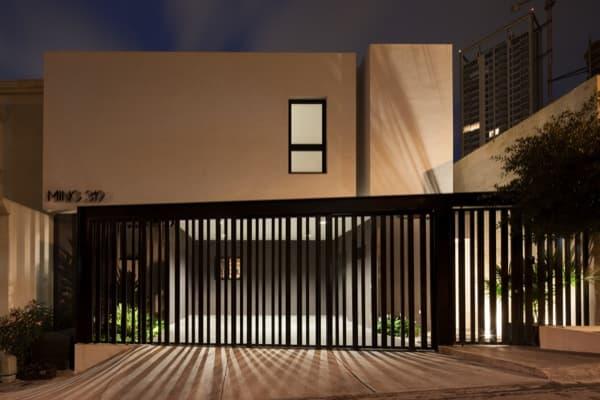 Ming-House-casa-adosada-fachada-calle-noche
