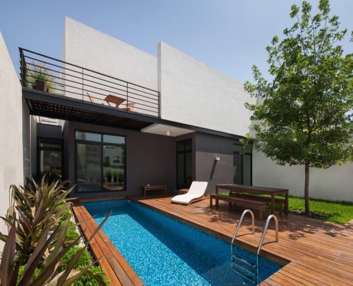 Casa ming con jard n vertical y gran privacidad for Casas con albercas modernas