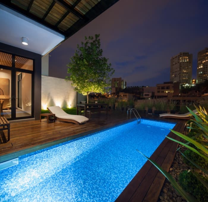 Casa ming con jard n vertical y gran privacidad for Casas con piscina y jardin