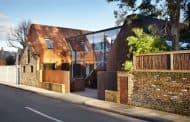 Kew House: ladrillo y volúmenes de acero corten