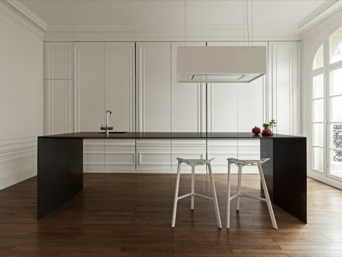 Cocina minimalista (literal) en un apartamento de París
