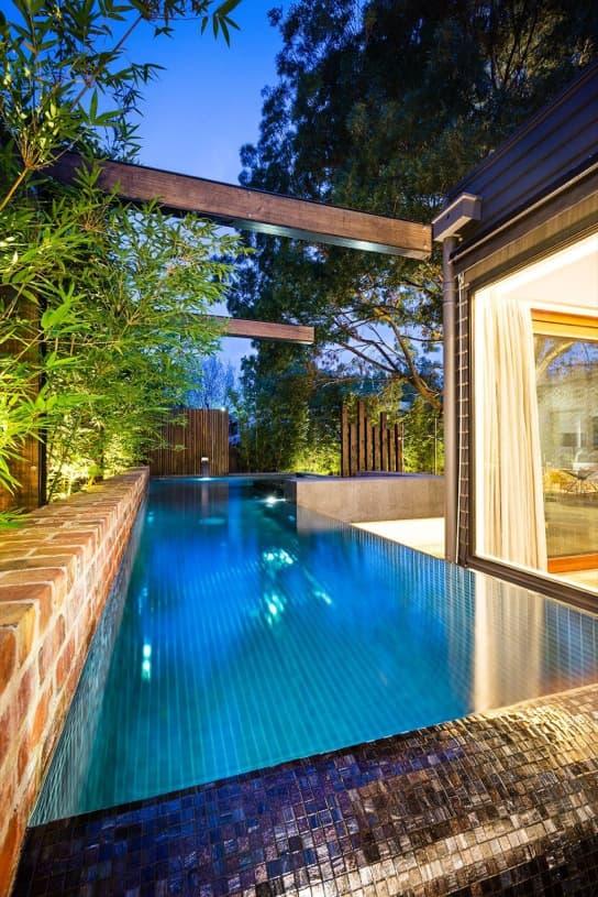 Patio trasero con piscina y barbacoa en una casa de melbourne for Piscinas en patios de casas