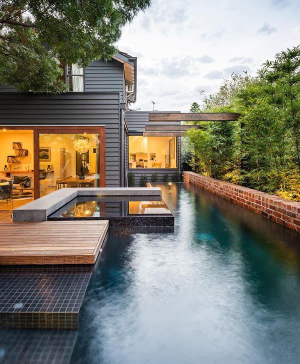 Patio trasero con piscina y barbacoa en una casa de melbourne - Patios con piscina ...