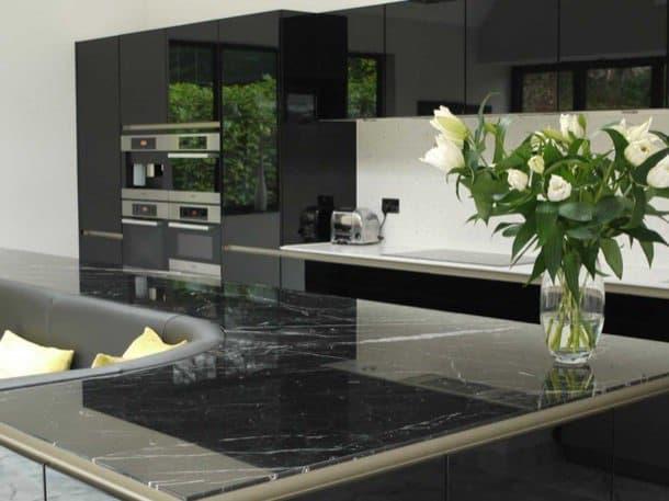 Isla de cocina que tiene sof de cuero incluido - Sofas para cocinas ...