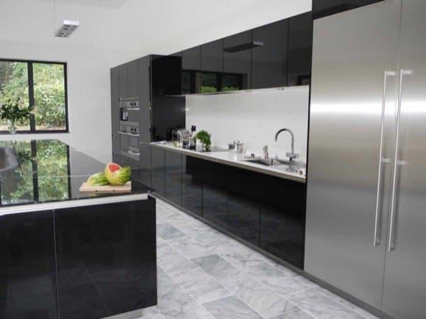 Isla de cocina que tiene sof de cuero incluido for Cocina tipo isla diseno