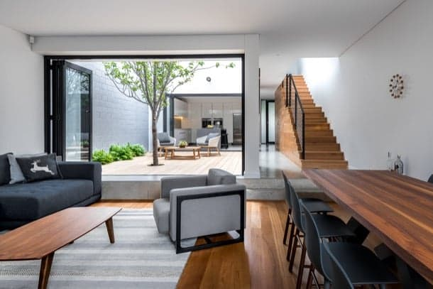 Moderna casa adosada con patio y parking mecanizado for Casas con patio interior