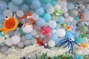 Mural marino hecho con arreglos de globos
