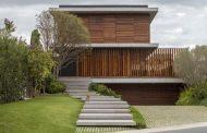 Casa Bravos: con fachada de hormigón y madera