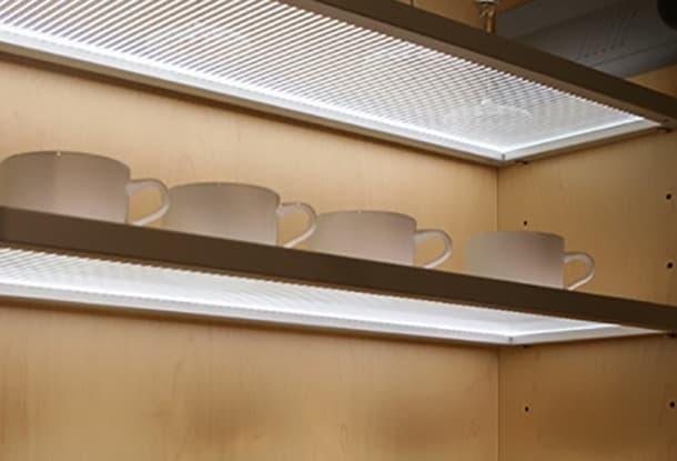 estanterias con panel de aluminio y vidrio Eluma