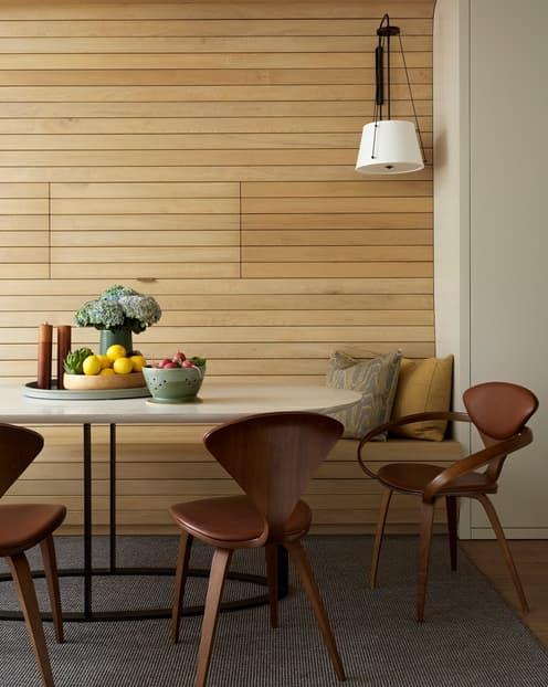 pared de madera con banco y tele oculta